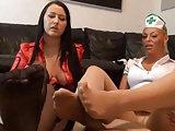 Schwanzmassage mit Füßen in Nylons