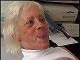 Deutscher Bürofick mit einer Oma