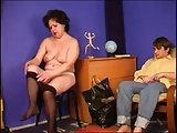 Mutter zieht sich vor dem Jungen aus