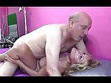 Alter Mann fickt geile Blondine