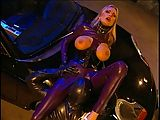 Blondine fickt in Latex