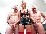 Dominante Blondine melkt ältere Männer