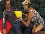 Reife Blondine Renata spritzt beim ficken