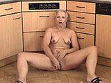 Kurzhaarige Hausfrau macht es sich selbst
