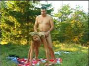Förster bumst eine Blondine im Wald