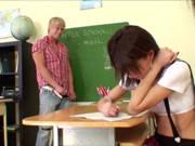 Schülerin wird im Klassenzimmer gefickt