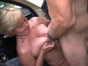 Taxifahrerin Frau Schulz fickt auf dem Parkplatz