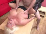 Alte Blondine mit flachen Titten braucht einen Fick