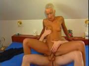 Kurzhaarige Blondine tobt sich auf dem Schwanz aus