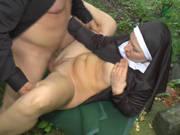 Deutsche Nonne lässt sich im Freien ficken