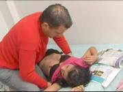 Mann nimmt sich ein Latina-Mädchen vor