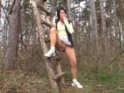 Mit dem Dildo alleine im Wald