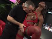 Schwarze Stripperin fickt in roten Dessous