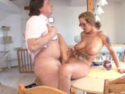 Hausfrau mit dicken Titten wird auf dem Esstisch gefickt