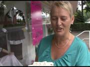Kurzhaarige Frau lässt sich für Geld zum Ficken abschleppen