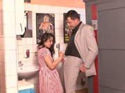 Lehrer fickt kleines Mädchen auf dem Klo