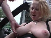 Rothaarige lässt sich im Auto bumsen