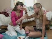 Mädchen trinken Sekt und zeigen geile lesbische Spiele