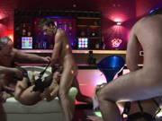 Orgie mit zwei Stripperinnen im Stripclub