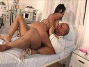 Patient mit dickem Schwanz bumst geile Krankenschwester