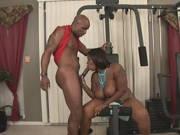 Dicke Ebony bekommt seinen Schwanz zum trainieren