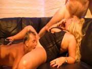 Dicke deutsche Blondine fickt mit drei Männern