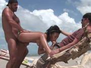 Leicht behaarte Latina bekommt einen Dreierfick am Strand