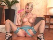 Blonder Engel mit prallen Brüsten masturbiert
