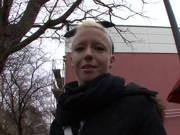 Dürre Deutsche wird für einen Pornodreh abgeschleppt