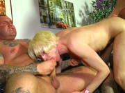 Spaß mit zwei Kerlen wünscht sich die blonde Frau
