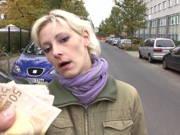 Blondine bekommt Taschengeld für geile Aufnahmen