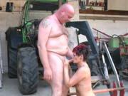 Bauernpaar fickt auf dem Hof