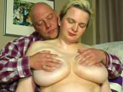 Dickbusige Ehefrau lässt sich eincremen und bumsen