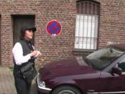 Falschparker lädt reife Politesse zum Ficken ein