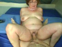 Dicke reife Frau hat einen Handwerker in ihren Sexzimmer