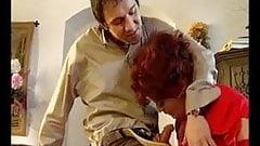 Rothaarige Oma vernascht einen jungen Kerl