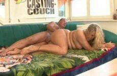 Junge mollige Blondine bumst mit älterem Mann auf der Casting-Couch