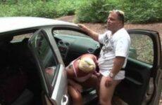 Mollige Anhalterin bumst mit einem Typen auf einem Parkplatz