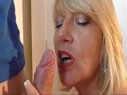 Reife blonde Lady vernascht einen jungen Mann