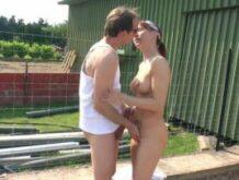 Rothaarige Ehefrau will einen spontanen Fick in der Sonne
