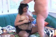 Mollige Ehefrau in Reizwäsche