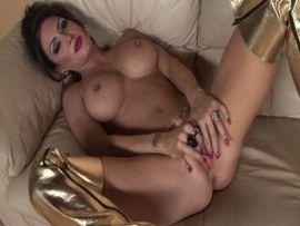 Solo Girl mit gepiercten Titten in Overknees
