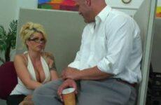 Sekretärin mit prallen Silikontitten wird im Büro gebumst