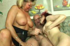 Anita wichst ihre Möse zu einem Ehepaarfick