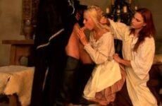 Blondine und Rothaarige im Mittelalter Dreier