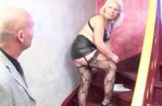 Mollige Hausfrau im Ledermini wird im Treppenhaus gefickt