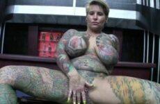 Reife Bitch mit dicken Titten ist extrem tätowiert und gepierct