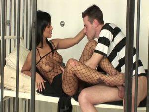 Wärterin vernascht den Gefangenen in der Zelle