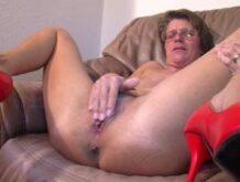 Älter Frau beim Möse wichsen