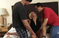 Blondine bekommt einen Dreier beim Casting